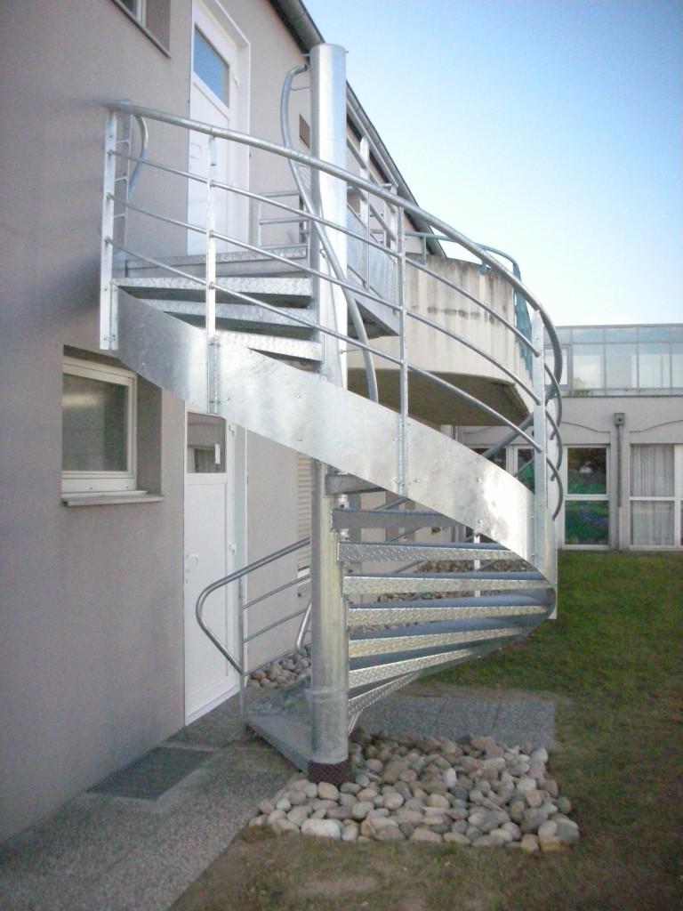 Ouvrage de menuiserie métallique : escalier extérieur- centre repos et soin colmar - Muller rost